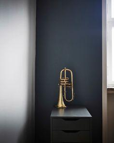 Una tromba d'ottone su una cassettiera davanti a una parete scura - IKEA