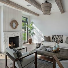 Beautiful living room with board and batten and modern farmhouse interior design by Jaimee Rose Interiors. Modern Farmhouse Interiors, Modern Farmhouse Style, Home Living Room, Living Room Decor, White Farmhouse Exterior, White Marble Bathrooms, Beautiful Living Rooms, Beautiful Homes, Classic Interior