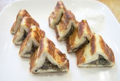 Cheesecakes triangular with mushrooms Ingredients: Cottage cheese - 500 g Eggs - 2 pcs. Flour - 2 tablespoons Salt Cumin - a pinch Mushroom Cottage Cheese Pancakes, Food Club, Yummy Snacks, Cheesecakes, Crepes, Sushi, Bacon, Stuffed Mushrooms, Good Food