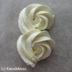 Icing Techniques (not in English, but good pictures you can learn from) Frosting Techniques, Frosting Tips, Buttercream Icing, Fondant Flower Cake, Fondant Baby, Fondant Cakes, Gum Paste Flowers, Fondant Tutorial, Modeling Chocolate