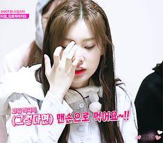 181102 아이즈원츄  #izone #hyewon Cute Gif, One And Only, Girl Group, Gifs, Icons, Kpop, Coffee, Sapphire, Kaffee