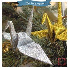 Enfeite para a árvore de Natal de Tsuru! Esse origami também é conhecido como grou ou cegonha, significa boa sorte, felicidade e saúde. #FaçaVocêMesmo