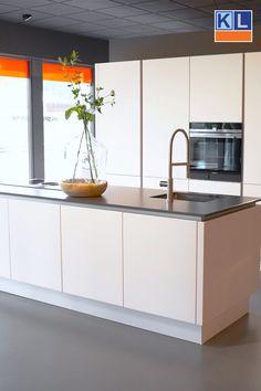 Witte eilandkeuken - Lilly is Love Beautiful Kitchens, Kitchen Remodel, Kitchen Decor, Modern Kitchen, Kitchen On A Budget, Contemporary Kitchen, Minimalist Kitchen, Diy Kitchen, Kitchen Design