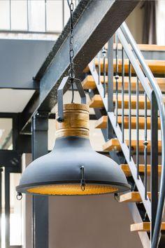 Soms is een product zo geweldig, dat het geen uitleg nodig heeft. Neem nou deze Kyony hanglamp, die bestaat uit een perfecte combinatie; mat grijs, hout en een stoer industrieel ontwerp waar je u tegen zegt! De industriele manier van vormgeven geeft deze lamp een moderne, maar ook hedendaagse uitstraling. Hierdoor past hij vrijwel in elk interieur. Prachtig boven de tafel in de woonkamer, of juist in de keuken. Het kan allemaal met hanglamp Kyony van het merk Light & Living!