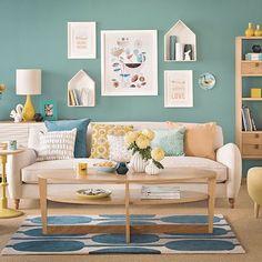 soggiorno turchese, giallo e legno chiaro