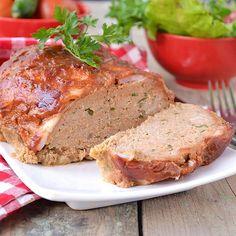 Pain de viande au lard – Ingrédients de la recette : 200 g d'échine de porc, 200 g d'épaule de veau, 125 g de tranches fines de lard fumé, 150 g de mie de pain, 20 cl d'eau