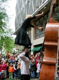 Cello act - Straattheater inhuren of boeken | Artiestenbureau JB Productions