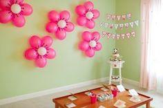 Fleurs de ballons parfait pour une fête d'enfants ou un shower de bébé fille. Un sharpie pour les petites lignes ! Pensez aussi à mettre une table sucrée.
