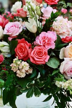 these flowers are absolutely gorgeous! those roses are such a vibrant pink! love this centerpiece!