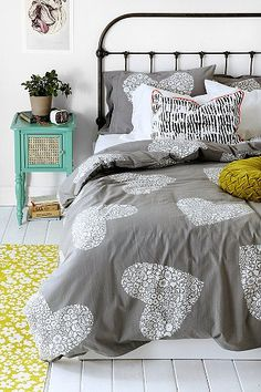 I SO love this duvet - gonna get it for my guest room :)