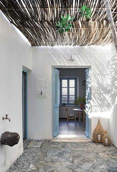 Deco holiday home draw on the Greek islands of the House Design, Greek Decor, Summer House, My Scandinavian Home, Greek House, House Interior, Mediterranean Homes, Mediterranean Decor, Stone House