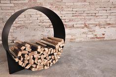 Interior design recupero portalegna in ferro dalla forma circolare. realizzato nel diametro di 70 cm è un elemento utile e capiente oltre alla possibilità di essere inserito in ambienti rustici e moderni. finitura: grigio SESTINI E CORTI