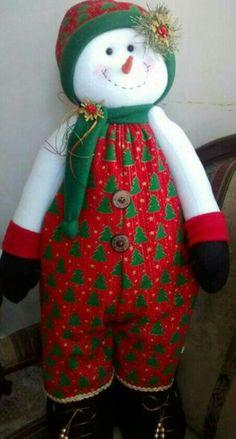 Snowman Christmas Decorations, Christmas Gnome, Christmas Stockings, Christmas Crafts, Xmas, Holiday Decor, Doll Patterns Free, Fabric Dolls, Christmas Traditions
