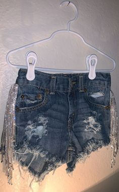Distressed Levi's shorts with Diamond fringe 😍 Fringe Shorts, Denim Shorts Style, Hot Outfits, Trendy Outfits, Fashion Outfits, Diy Ripped Jeans, Denim Party, Look Girl, Short Fringe