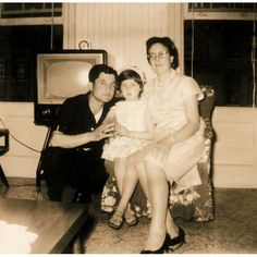 1962: Rosaura, Secundino and his eldest daughter, Rosa Mary in New York. Their adventure in the so-called Capital of the World had just started. Her half-smile shows the uncertainty of those hard days.