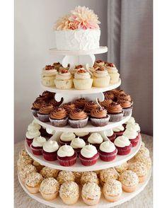 ¿Prefieres una torre de #cupcakes a un #pastel de #boda?  ¡Encontramos esta idea en @artfullywed!  #cupcake #cake #torta #postre #bizcocho #weddingcake #cakes #pasteldebodas #ecumple