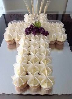 First Communion Cupcake Cake First Holy Communion Cake, First Communion Favors, First Communion Dresses, First Communion Invitations, Decoration Communion, First Communion Decorations, Baptism Cupcakes, Baptism Party, Religious Cakes