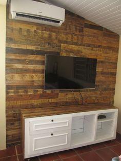 Forração de parede e painel de televisão rústico feito com madeira de pallet.