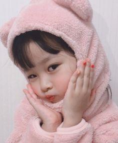 She has a virtual boyfriend and she calls him glitch. Cute Asian Babies, Korean Babies, Asian Kids, Cute Korean Girl, Cute Babies, Cute Baby Meme, Cute Baby Boy, Cute Little Baby, Cute Kids