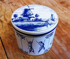 A tin of stroopwafels is a great Dutch gift for the folks back home!