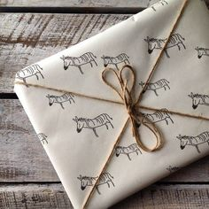 ✂ That's a Wrap ✂ diy ideas for gift packaging and wrapped presents - Zebra gift wrap