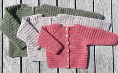 Hæklet Baby Cardigan Chevron Crochet Patterns, Baby Knitting Patterns, Crochet Baby Cardigan, Crochet Baby Clothes, Knitting For Kids, Crochet For Kids, Baby Barn, Baby Bloomers, Crochet Books