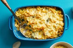 How can you make your mac and cheese legendary? Swap the traditional roux for Greek yogurt, add fresh spinach and some spices for a little kick. Frozen Greek Yogurt, Greek Yogurt Recipes, Crispy Oven Fries, Fries In The Oven, Yogurt Banana Bread, Peanut Butter Protein Bars, Blt Pasta Salads, Blue Cheese Sauce, Homemade Tzatziki