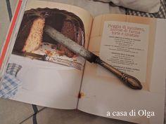 """A casa di Olga """"Fragole a merenda"""" non si apre a caso, ma nelle pagine in cui compaiono stoviglie affini. Numero 1: il coltello per la torta al miele... #quifragoleamerenda"""