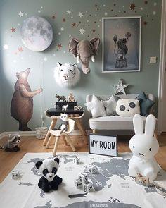 En drit søt bjørn har flyttet inn på rommet til Milian Egentlig skulle han være på den mørkegrå veggen. Men månelampa er for stor! Juhuu for skråtak..Bjørnen,månen og stjernene kommer fra @hartendief_com Ønsker dere alle en kjempe fin helg .................................... @hartendief_com #hartendief #månelampe #bjørn #bear #wallstickers #ad @carmell.no #carmell #plantoys #skrivepult #sebramoment #sponsoredbysebra #kidsplayroom #kidsroom #barnerom #boysroom #gutterom #kidsstyle #b...