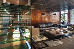 こんな色の家具に合う壁の色は? #homify #ホーミファイ #インテリア #リビング #ガラス vemworks の インダストリアルな リビングルーム
