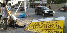 Placa de sinalização cai e fere pedestre em Olinda  O homem foi atingido por uma placa de trânsito na Avenida Governador Carlos de Lima Cavalcante e foi resgatados pelos bombeiros  Não foi por chuva nem por vandalismo, mas uma placa de sinalização caiu na manhã desta segunda-feira (11), na Avenida Governador Carlos de Lima Cavalcante, atingindo um pedestre na cabeça. O acidente aconteceu por volta das 6h, enquanto o homem esta   Publicado em 11/03/2013, às 09h40  (Leia [+] clicando na…