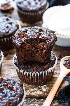 You won't believe how good these Paleo chocolate banana muffins taste and they're healthy enough to eat for breakfast! They're made with coconut flour almond flour and sweetened with pure maple syrup for a grain-free gluten-free dairy-free and refined Patisserie Sans Gluten, Dessert Sans Gluten, Paleo Dessert, Gluten Free Desserts, Dessert Recipes, Brunch Recipes, Healthy Chocolate Muffins, Paleo Chocolate, Chocolate Recipes