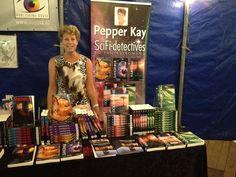 Auteur Pepper Kay met al haar boeken op Castlefest, oa met haar net verschenen boek 'Maalstroom'. #pepperkay #castlefest #maalstroom #doodvonnis #vuurstorm #slangenkuil #idcrisis #drakenbloed #fantasy #scifi #futurouitgevers