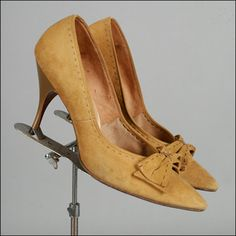 Vintage 1950s Mustard Yellow Suede Shoe . Bow . Contrasting Stitching . Size 10.5 / 11 . 2482