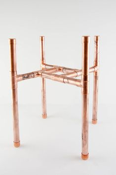 Simple DIY Copper Plant Stand - - Get your plants off the floor with this easy DIY copper plant stand. No power tools required, and it's sized for a large pot that should be easy to find. Modern Plant Stand, Wood Plant Stand, Plant Stands, Diy Simple, Easy Diy, Diy Home Decor Rustic, Diy Upcycling, Pipe Furniture, Baby Furniture