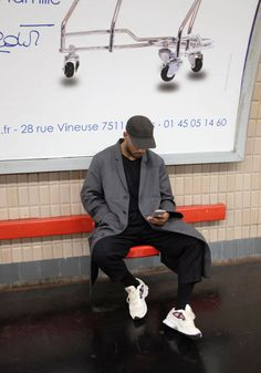 cu haina gri pepit sau paltonul lung bleumarin sau HM tweed, sapca gri, bluzon cu nasturi la gat negru, pantaloni stofa gri sau tweed gri slim si adidasi albi (sau tenisi negrii cu gri si helanca neagra)
