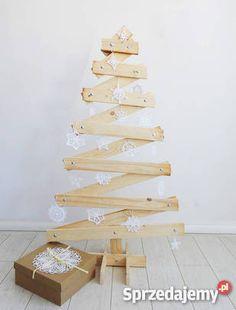 298 zł: Choinka wykonana z litego heblowanego drewna w kolorze białym lub naturalnym .Drewno zabezpieczone matowym lakierem. Prosta, nowoczesna forma choinki sprawia że pasuje do każdego wnętrza. wykonanie drewno naturalne