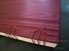 Detalle de costura japonesa en libreta con cubierta de tela moaré.