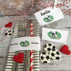 Bordkort med fotballmotiv til konfirmasjonsbordet Beautiful Table Settings, Gift Wrapping, In This Moment, Gifts, Paper Wrapping, Presents, Wrapping Gifts, Favors, Gift Packaging