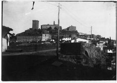 Vista do mosteiro de San Vicente e a torre de Lemos dende a ponte romana. Monforte de Lemos, Lugo, ca. 1900. Xelatina de prata ao clorobromuro. 13 x 18 cm.