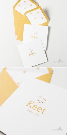 Vrolijk geboortekaartje Scandinavisch voor een meisje. Maak het af met een gevoerde envelop! Minimalistisch | simpel | vosje | koperfolie | okergeel | #studiokuuk.nl Baby Room, Envelope, Print Design, Paper, Babyshower, Illustration, Cards, Births, Envelopes