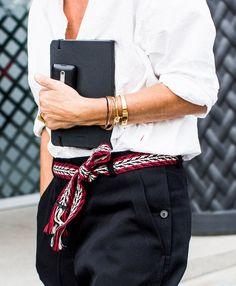 Rien de tel qu'une ceinture légèrement folk pour rehausser un pantalon classique…