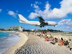 La Playa de Maho es una playa que se encuentra en el lado holandés de la isla caribeña de San Martín y es famosa por el Aeropuerto Internacional Princesa Juliana, adyacente a la playa. Debido a la proximidad del bajo vuelo de los aviones, el lugar es muy famoso. Este es uno de los pocos lugares en el mundo donde los aviones pueden verse despejar justo al final de la pista de aterrizaje. Ver a los aviones pasar justo por encima de la playa es una actividad tan popular que en los bares de la…