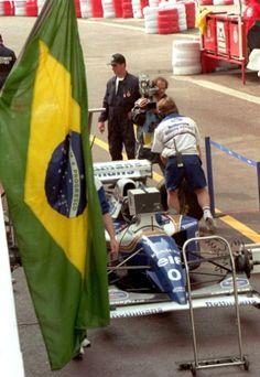 Na corrida que se seguiu ao acidente, em Mônaco, a Williams homenageava o brasileiro com uma bandeira no box