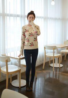 Những bông hồng duyên dáng trên nền trắng của áo len để dành cho những cô nàng yêu vẻ nữ tính, duyên dáng. Ngoài ra, bạn có thể bắt gặp những kiểu dáng áo len có chi tiết cổ ren vô cùng đáng yêu đấy.