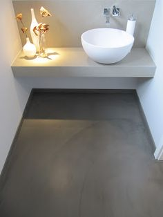 Prachtig toilet, betonvloer lichtgrijze wanden in combi met wit sanitair