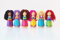 Hoi! Ik heb een geweldige listing op Etsy gevonden: https://www.etsy.com/nl/listing/202115219/woodland-fairy-doll-bright-colorful-peg