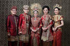 Pernikahan yang cantik dengan unsur adat Minang dan Palembang yang sangat kental. Yuk langsung cek di sini!