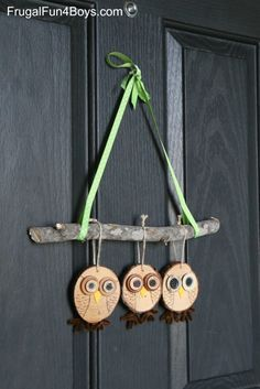 How to Make Adorable Wood Slice Owl Ornaments and an Owl Tree Holzscheibe Owl Craft - Herbst Dekor Wood Slice Crafts, Wooden Crafts, Driftwood Crafts, Crafts To Make, Crafts For Kids, Arts And Crafts, Owl Crafts, Holiday Crafts, Art Floral Noel
