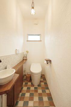 ケース70 - Decoration Tutorial and Ideas Bathroom Toilets, Small Bathroom, Bathroom Ideas, Toilet Closet, Small House Design, Clawfoot Bathtub, Powder Room, Decoration, Flooring